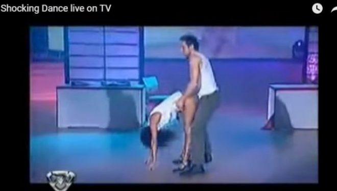 E humbin kontrollin në skenën e spektaklit, tentojnë të bëjnë seks live (Video 18+)