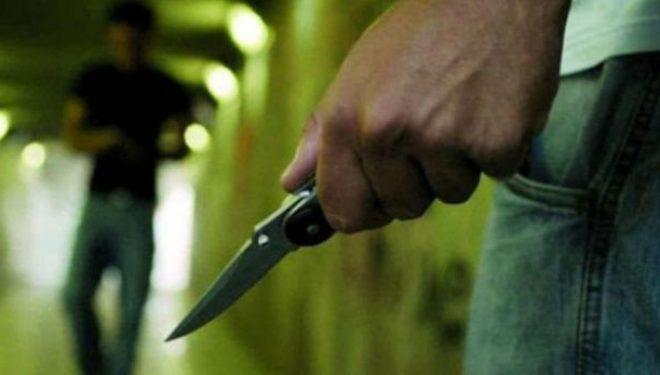 Tre të burgosur theren me thikë në burg, vdes njëri
