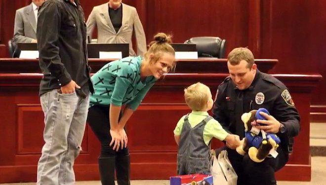 Polici hero i shpëton jetën 3-vjeçarit që iu ndal frymëmarrja