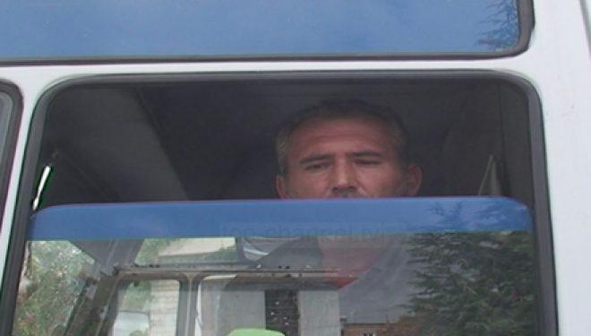 Kuçovë, protesta e të papunit; kërcënoi se do vetëdigjej me benzinë (Foto)