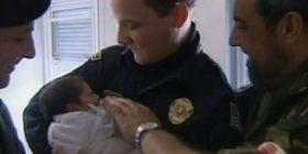 Video: Pamje të rralla nga viti 2000, kur oficeri amerikan e pshton beben e braktisun n'udhë në Prilep të Deçanit
