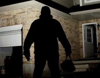 Rikthehen grabitjet me maska, tre persona vjedhin 2 kasafortat e biznesmenit
