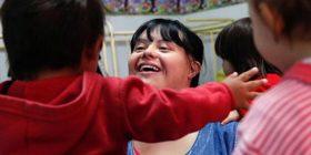 Argjentinasja bëhet mësuesja e parë e arsimit parashkollor me sindromin Down