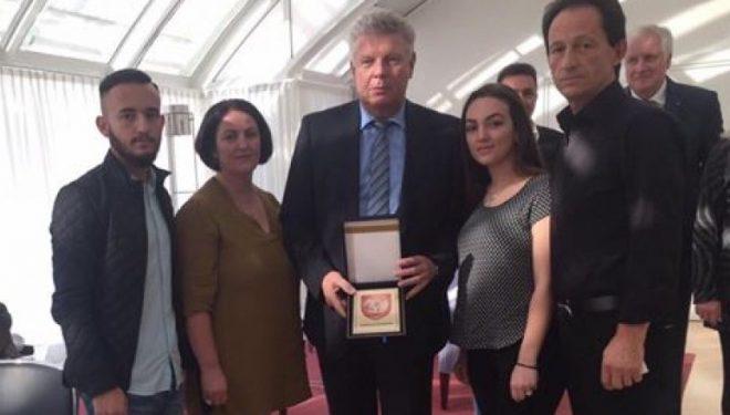 Familja Segashi i dorëzoi kryetarit të Munihut plaketen e Podujevës, dhuratë nga Agim Veliu
