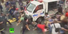 Policia tenton të shpërndajë protestuesit, duke i shkelur me furgon (Video)