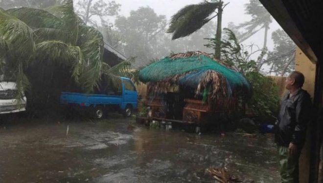 Të mbijetuarit e tajfunit në Filipine presin ndihma