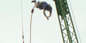 Çaj nga 75 metra; Hidhet nga ura, thyen rekordin Guinness (Video)