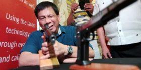 'Bir k*****! Majmunë! Presidenti i Filipineve 'del nga binarët' pasi SHBA-ja refuzon t'i shesë armë