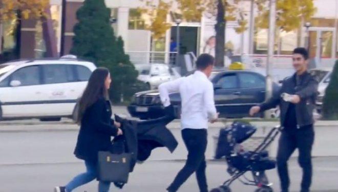 Eksperiment tjetër social në Gjakovë: Mos abuzoni me fëmijë, se gjakovari të rreh midis rruge! (Video)