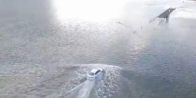 Moneti kur rruga mbulohet nga uji për pak sekonda (Video)