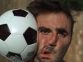 Goditja me top futbolli në xhirim të ngadalësuar (VIDEO)