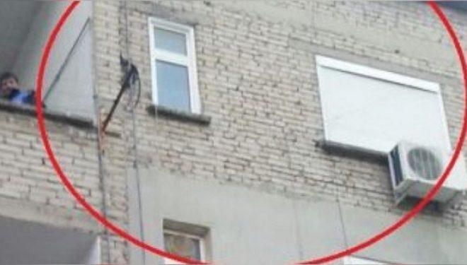 Hodhi gruan lakuriq nga dritarja e banjos, ja akuza për Fierakun