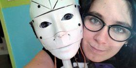 Gruaja që ka rënë në dashuri me robotin