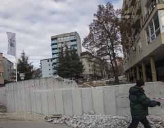 Bahtiri: Muri në Mitrovicë, do të rrënohet në shkurt