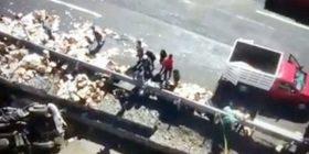 Makina përplas gazetarët, po raportonin aksidentin(VIDEO)