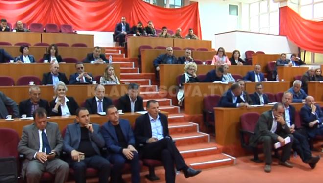 Asamblistët e Deçanit kërkojnë lirimin e Haradinajt dhe pezullim të dialogut me Serbinë