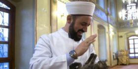 Imami i cili i hap dyert e xhamisë për macet gjatë dimrit