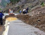 Rrezikohet qarkullimi: Reshjet e shiut shkaktojnë rrëshqitje të dheut