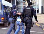 Sulmohen dy policë në Pejë, katër persona u arrestuan