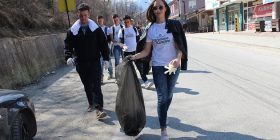 Të rinj shqiptarë dhe serbë pastrojnë qytetin e Shtërpcës