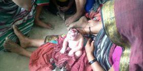 Lind foshnja si alien, nëna refuzon ta ushqejë (Foto)