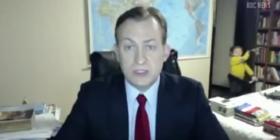Kur fëmijët nuk të lënë rehat as në intervistë live (Video)