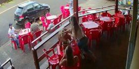 E zë burrin duke e tradhtuar, ja çfarë i bën gruaja në mes të lokalit (Video)