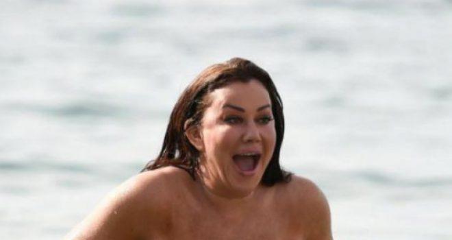 Yllit televiziv i mbesin flokët në mes të detit dhe i zhvishen bikinit