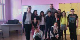 Mësuesja ndërprenë mësimin për këngën e Majkut (Video)