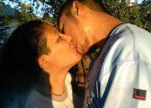 Dikur e dha për adoptim, sot nëna dhe djali në lidhje dashurie! (Foto)