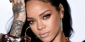 Rihanna tregon shumë (FOTO)