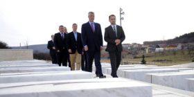 Thaçi bën homazhe në Prekaz (FOTO)