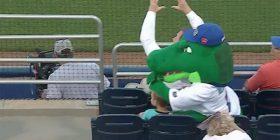 Maskota e skuadrës së bejsbollit shpëton fëmijën nga topi i devijuar