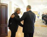 Thaçi zbulon bisedën me komisionerin Hahn