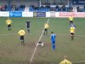Kur lojën e futbollit e bën më interesante një qen në fushë (Video)