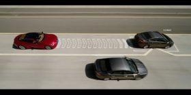 Vetura e kohës! Largon përpara vetes veturat që lëvizin ngadalë (Video)
