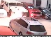 Vë zjarr në garazh të veturave por e pëson edhe vet (Video)