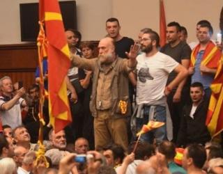 "Skandaloze/ Aktori ""patriot"" dhe organizatori i protestave i bie pishman?!"