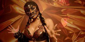 Nicki Minaj, me maskë dhe bikini lëkure (Video)