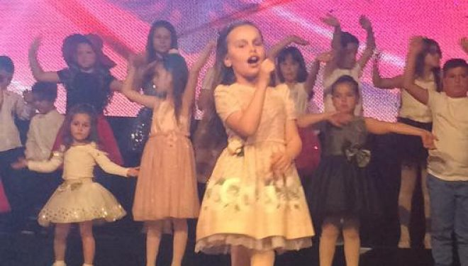 """Rejda Isufi, fituese e Festivalit të muzikës për fëmijë """"Fëmijët e Gëzuar"""" (Foto)"""