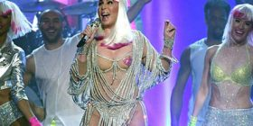 """Këngëtarja 71-vjeçare thuajse e zhveshur në """"Billboard Music Awards"""" (Foto)"""