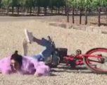 Kjo bukuroshe rrëzohet nga biçikleta (VIDEO)
