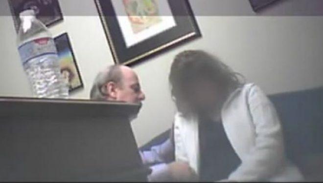 Mjeku hipnotizonte pacientet dhe më pas bënte seks me to (Video)