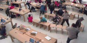 Të shtëna armësh brenda dyqanit të Apple, klientët e tmerruar fshihen nën karrige e tavolina (Video)