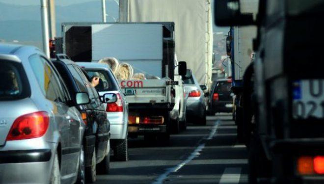 Qytetarët detyrohen të prisni në radhë në pikat kufitare Dheu i Bardhë dhe Merdare