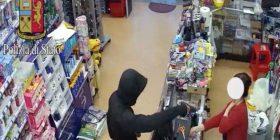 Me maska dhe revole, shqiptarët terrorizojnë shitësen e dyqanit në Itali (Foto)