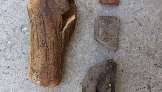 Fragmente eksponatesh parahistorike nxirren me ekskavator në Runik