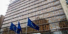 Flamujt e Bashkimit Europian në gjysmë shtizë për nder të viktimave në Barcelonë (Foto)