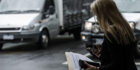Gjobë për ata që kalojnë rrugën me telefon në dorë