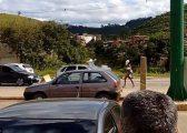 Ecën lakuriq në rrugë, bllokon trafikun (FOTO)